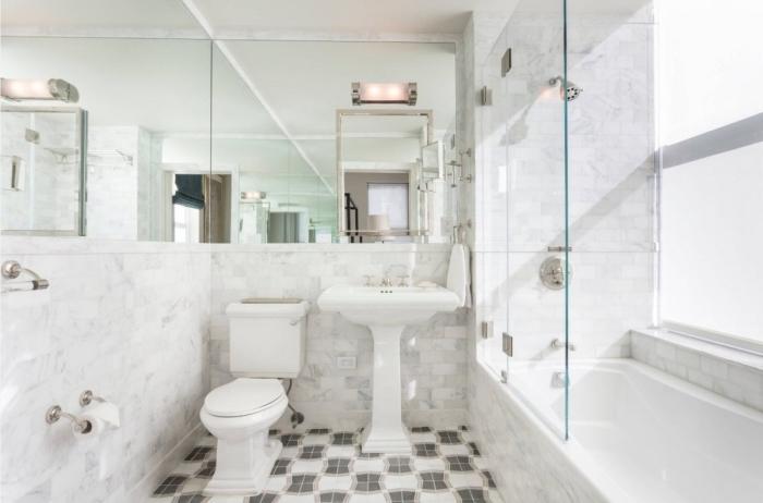modèle salle de bain blanche au carrelage design marbre avec large miroir, idée aménagement petit espace avec miroirs