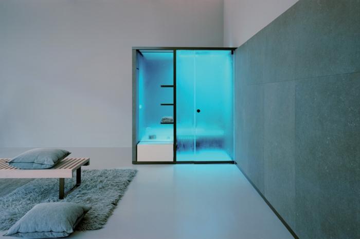 verriere douche, salle de bain de type hammam avec lumière bleuâtre, carrelage gris, tapis en peluche vert turquoise, carrelage mural en vert turquoise