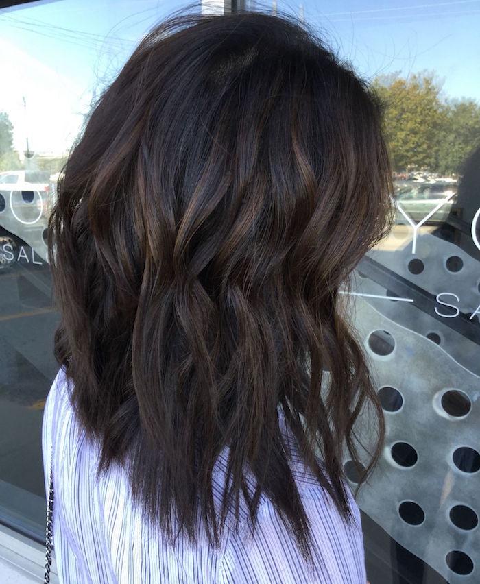 cheveux brun foncé avec balayage caramel et mèches texture