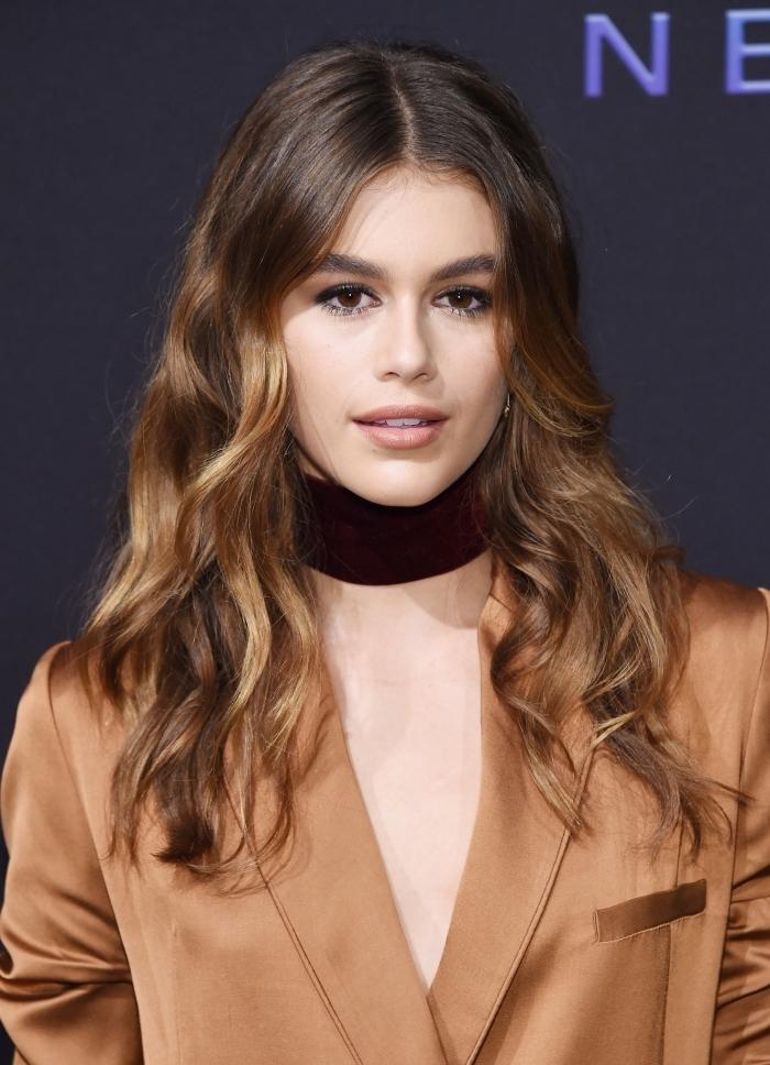 quel maquillage pour yeux marron avec rouge à lèvres nude et yeux smoky, exemple de balayage naturel sur cheveux châtain foncé