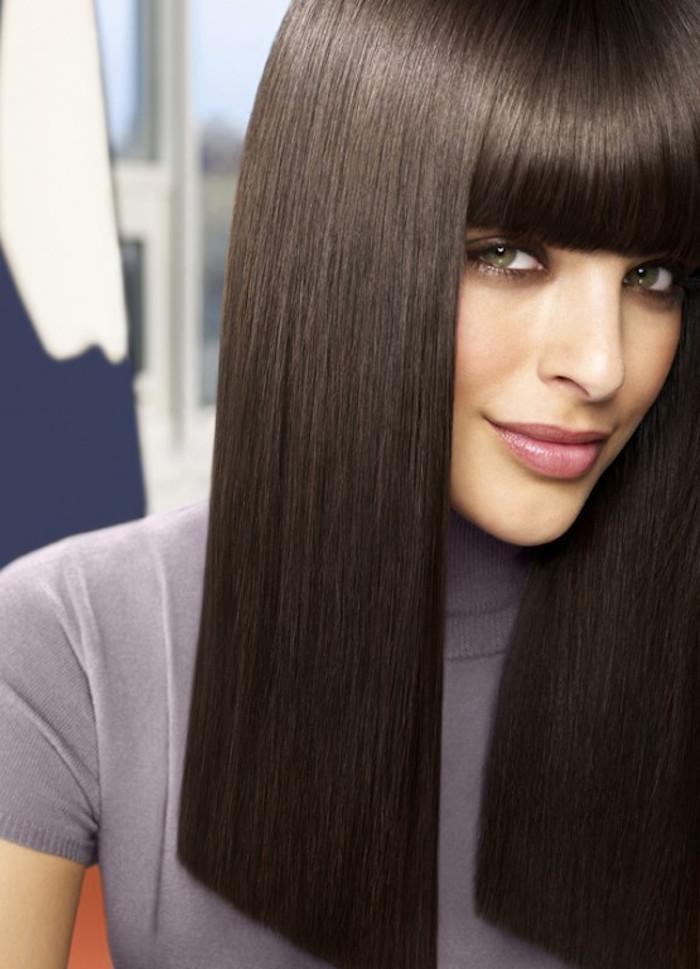 coupe droite cheveux raide type carré long avec frange rétro sur cheveux marron foncé