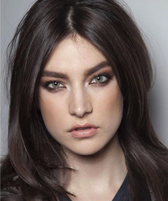 exemple de coiffure simple cheveux mi long foncé glacé femme aux yeux gris verts