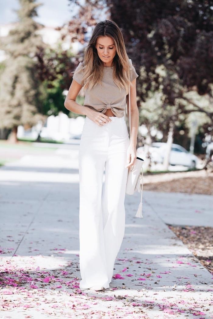 idée comment porter le pantalon palazzo blanc avec top crop noué en beige, modèle de sac à main blanc femme