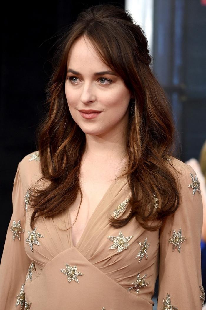 idée couleur de cheveux tendance avec reflets dorés ou cuivrés sur cheveux foncés, coiffure romantique aux cheveux mi-attachés