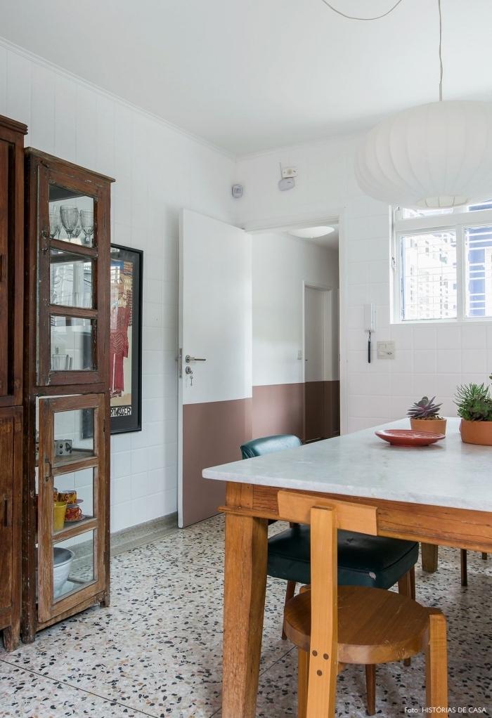 une porte de cuisine bicolore au look vintage peinte de la même couleur que le soubassement pour un joli effet de continuité