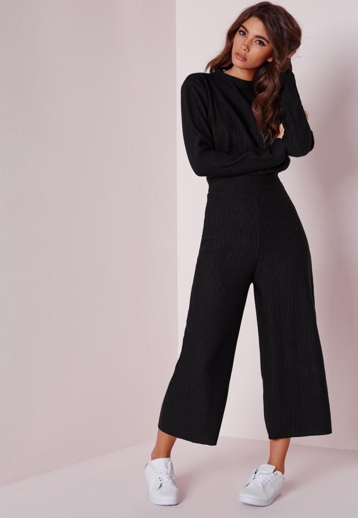 look casual smart en combinaison fluide noir aux manches longues portée avec baskets blancs, idée tenue avec combipantalon