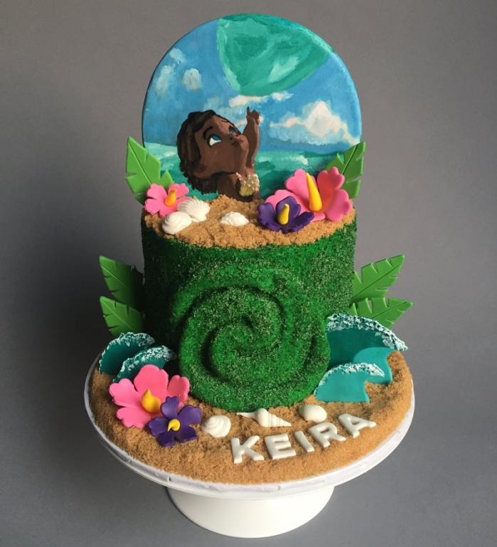 idée comment décorer un gâteau Disney sur le thème de Vaiana avec un étage à déco en noix de coco râpée coloré en colorant alimentaire vert