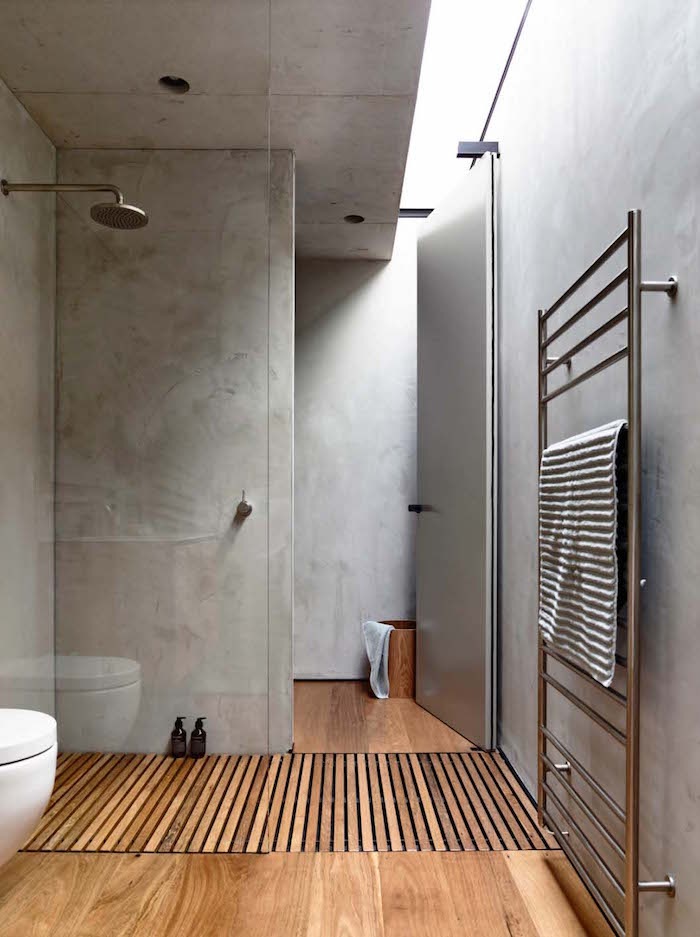 photo salle de bain beton cire gris pour douche à l'italienne avec sol en bois parquet
