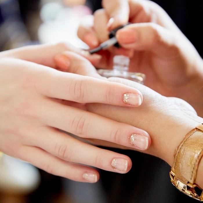 Modèle ongle en gel, modele ongle gel original, pose ongle gel, cool idée de design estival doré à la base