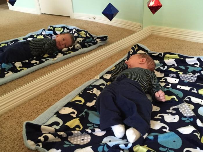 chambre idéale pour l'éveil des sens de bébé, lit montessori, chambre montessori, lit bebe sans barreau, miroir, moquette beige fine