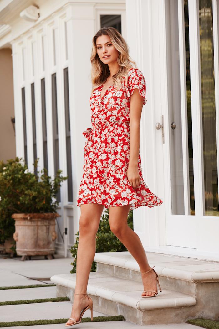 Belle robe de mariée champetre chic robe chic et champetre élégante idée tenue été tenue rouge et blanc robe rouge fleurie sandales à talon