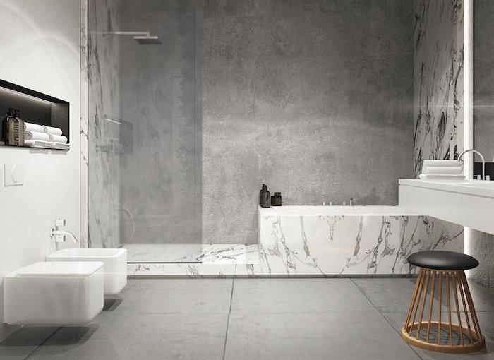 mur douche italienne beton ciré salle de bain sur carrelage gris et cadre de baignoire style marbre