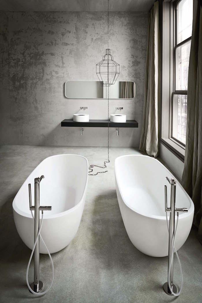 modèle salle de bain en béton ciré avec enduit ciment sur le sol et les murs avec duo de baignoires ilots