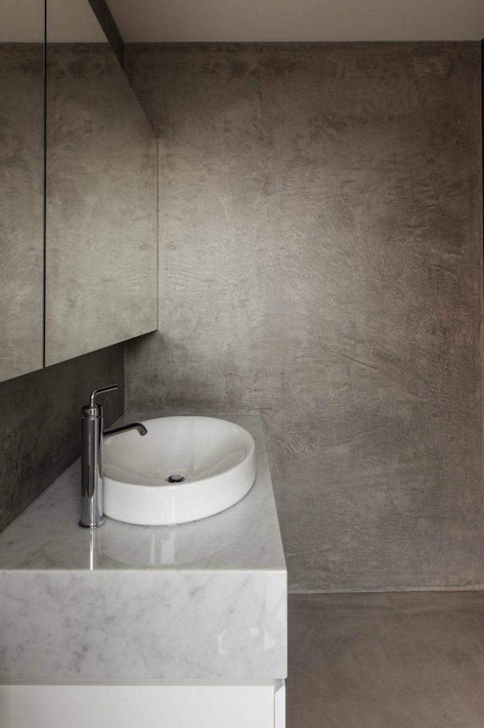 murs en beton ciré pour sol douche italienne design et meuble lavabo en marbre blanc gris