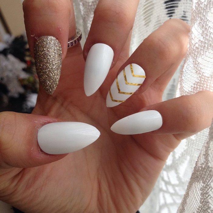 Idée manucure simple et féminine, modèle ongle en gel blanche avec détails dorés, modele ongle gel décoration simple artistique