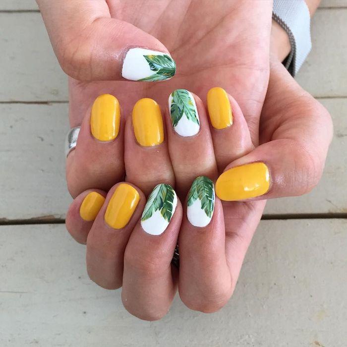 Photo ongle originale en jaune, blanc et dessin de feuille de palme, ongle gel couleur été, modele ongle gel, dessin sur ongle parfait