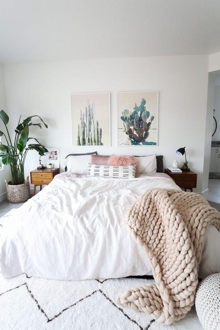 Aménager une petite chambre, grand lit double, amenagement petite chambre chic, déco confort et style en blanc et rose, plante verte dans le coin, tableau art sur le mur