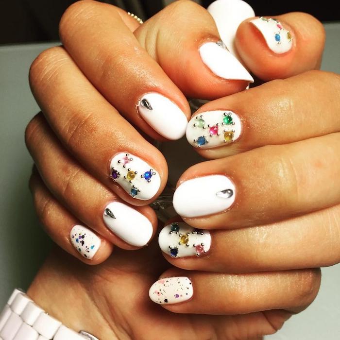Blanche manucure avec petits pierres précieuses, ongle nail art moderne, modele ongle gel, deco ongle gel, photo manucure simplement parfait