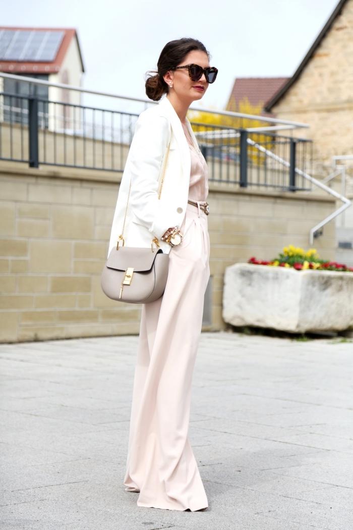 comment bien s'habiller en pantalon fluide long de couleur rose pastel combiné avec top à décolleté en V et blazer blanc