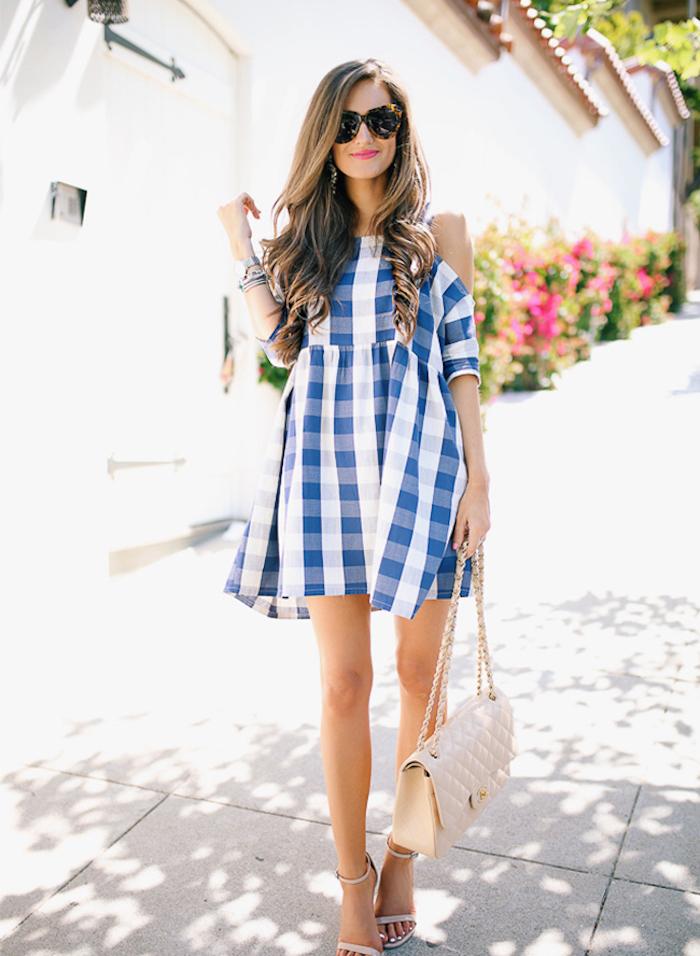 Robe carrée bleu et blanc épaules dénudées idée robe pour mariage champetre chic idée tenue robe mariage champetre chic