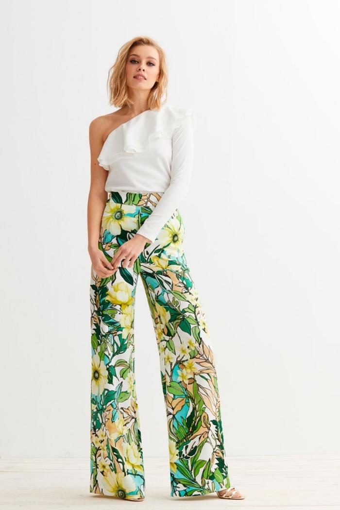 modèle de pantalon femme taille haute chic à design floral de couleur blanc et vert avec top à col asymétrique blanc