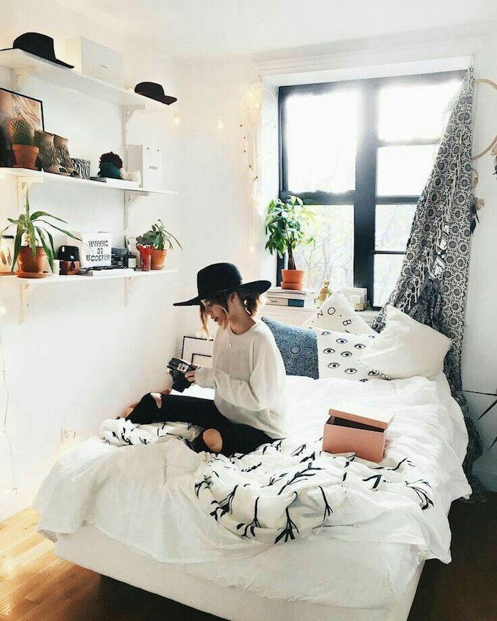 Aménager une chambre de 10m2, comment aménager une petite chambre, meubler une chambre, fille avec appareil de photo sur son lit