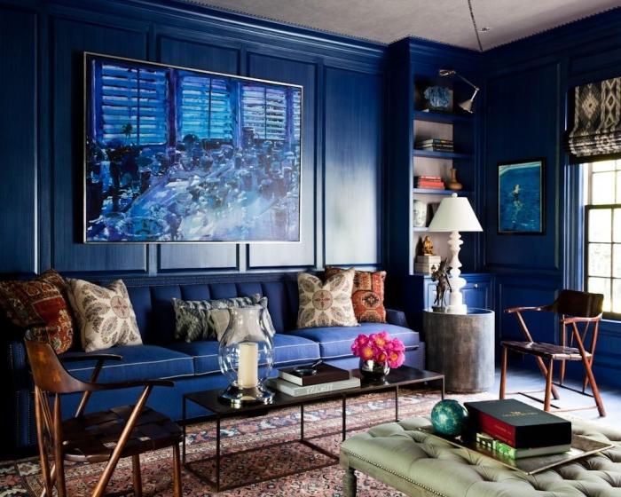 le grand tableau mural reprend le bleu indigo pour un rendu encore plus saisissant et dynamique