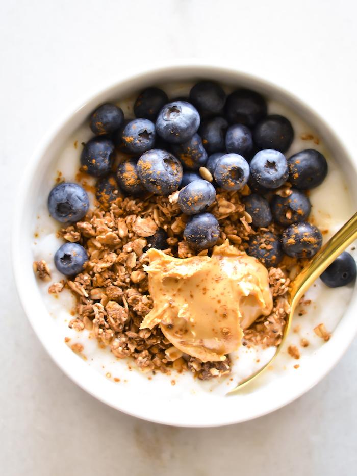 petit dejeuner minceur, porridge yaourt, museli, granola, cannelle, myrtilles et beurre d amandes