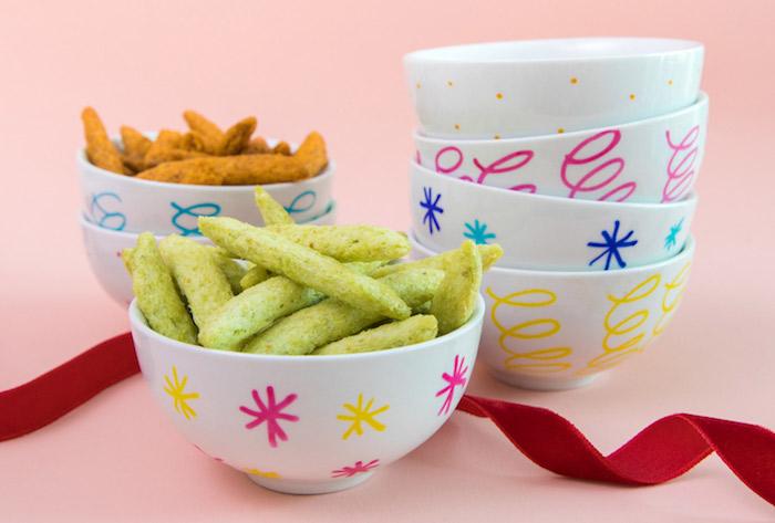 idée cadeau amie, coupelle décorée d indélébile à motifs colorés spirale, flacons de neige