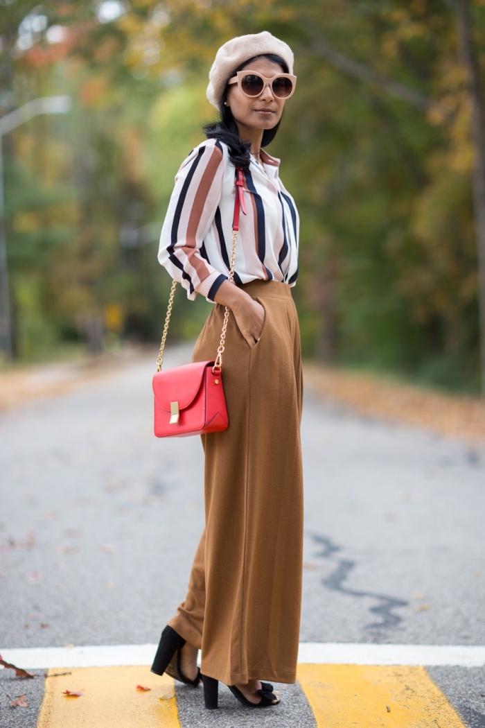 tenue mode femme en pantalon palazzo marron avec poches combiné avec chemise rayée et sandales noires à talons