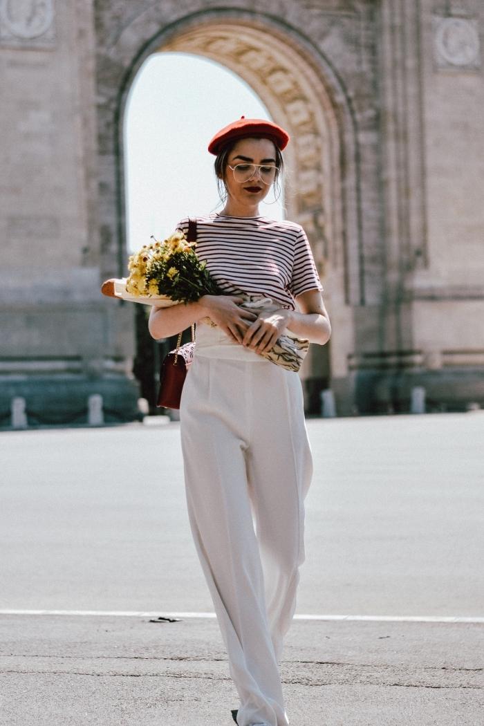 modèle de pantalon palazzo à taille haute et de couleur blanche combiné avec t-shirt rayé en blanc et rouge foncé