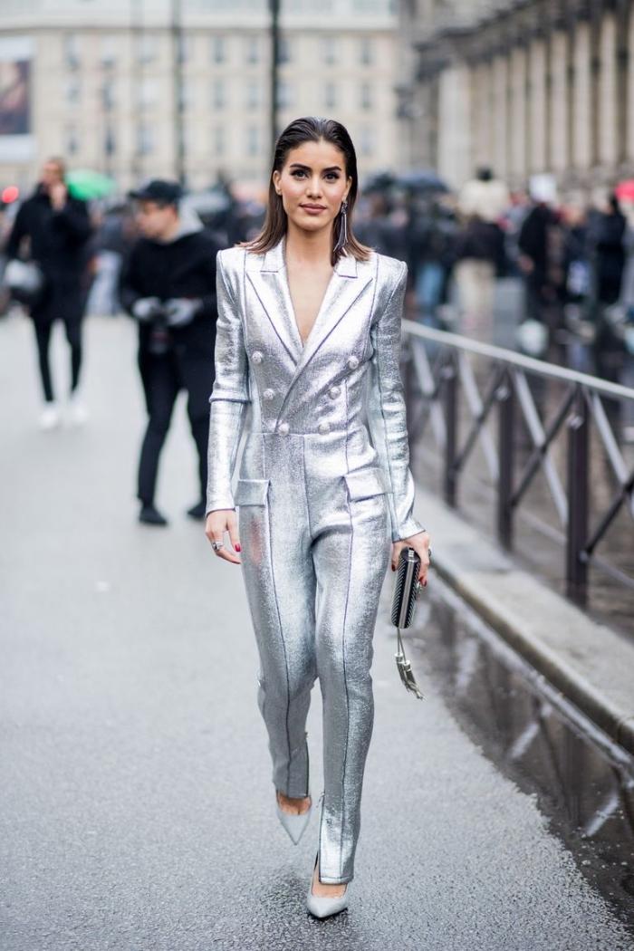exemple comment porter une combinaison pantalon à design métallique en argent avec boutons et top à design blazer