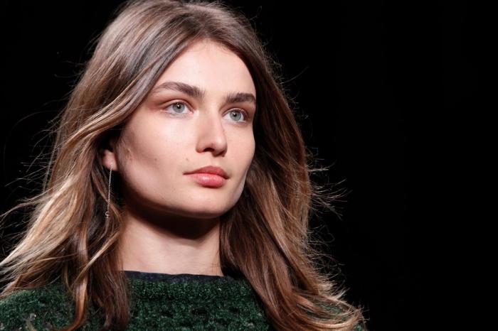 maquillage pour yeux verts avec fards à paupières orange, coupe de cheveux en couches avec mèches éclaircies