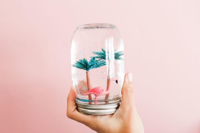 idée d activité manuelle, modèle de boule à neige DIY à design tropical avec figurine flamant rose et palmiers