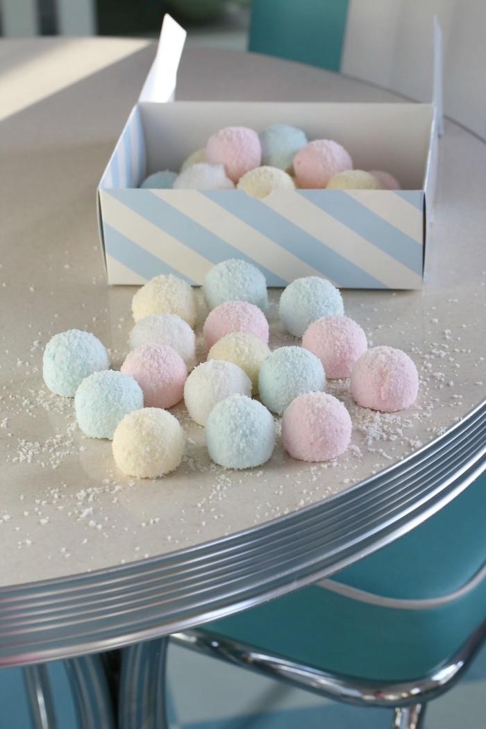 recette chamallow maison originale pour faire des boules de noix de coco à la pâte guimauve, teintées de rose, bleu et jaune pastel