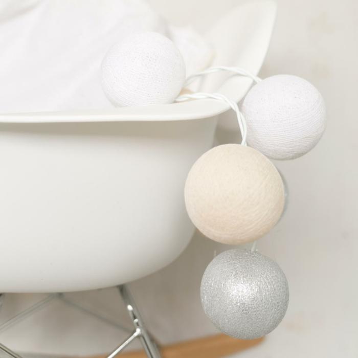 chambre adulte cocooning, guirlande lumineuse boule coton, boules en blanc, ivoire et argent, fauteuil blanc en plastique aux pieds en métal clair