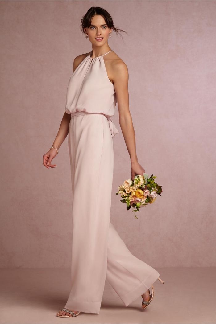 exemple de combinaison habillée femme pour mariage de couleur rose pastel assortie avec un bracelet en argent