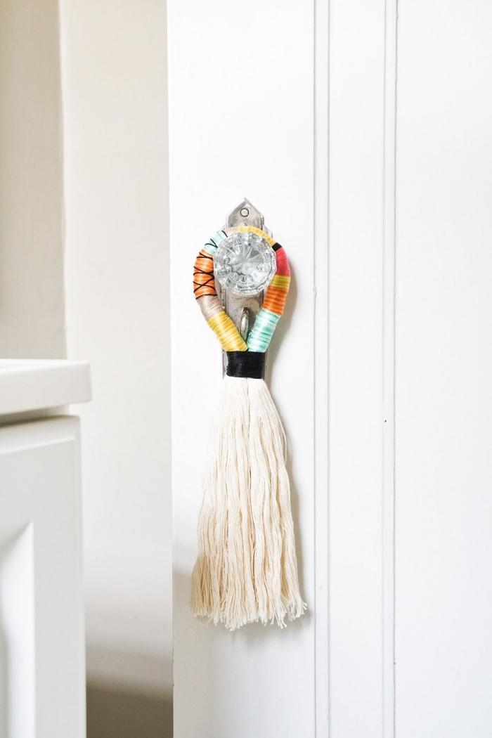 une poignée de porte en cristal de verre décorée de pompon diy, relooker une porte ou un placard en changeant de bouton meuble chic