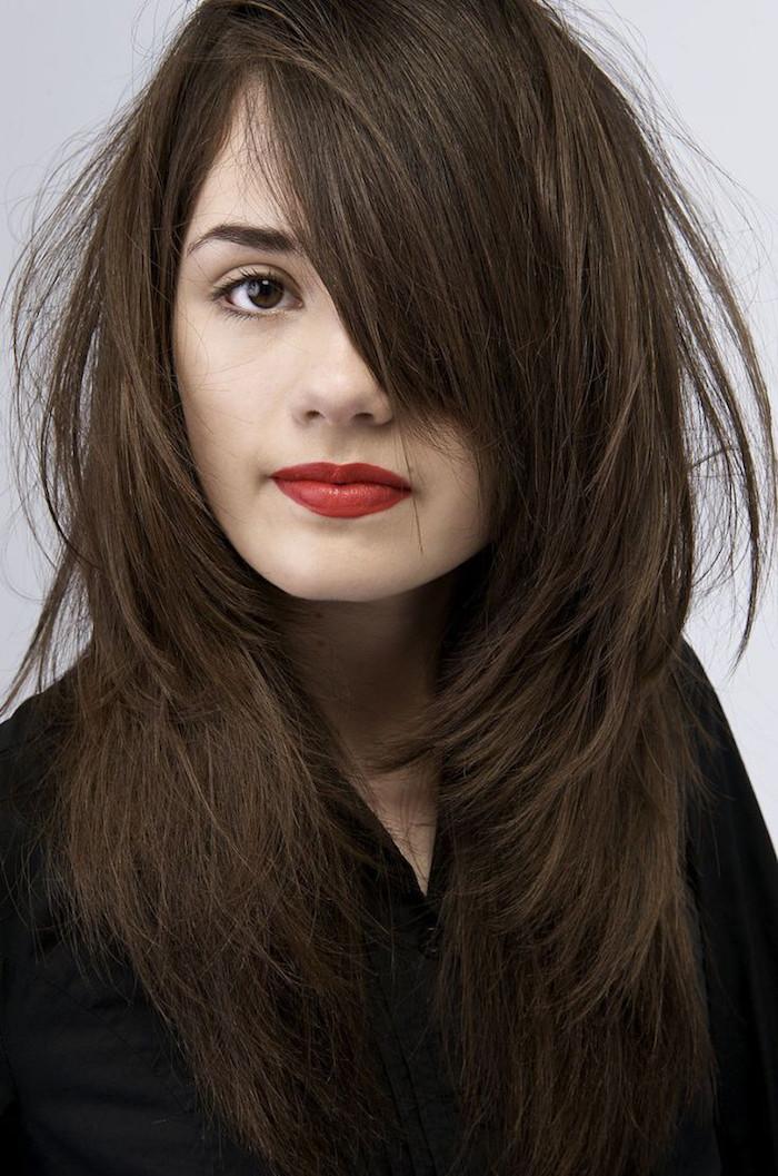 jeune femme avec couleur cheveux marron glacé sur peau claire et yeux foncés