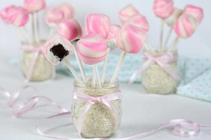des boules de gâteau à la guimauve au coeur brownie enrobées de chocolat blanc, parfaites pour un candy bar mariage