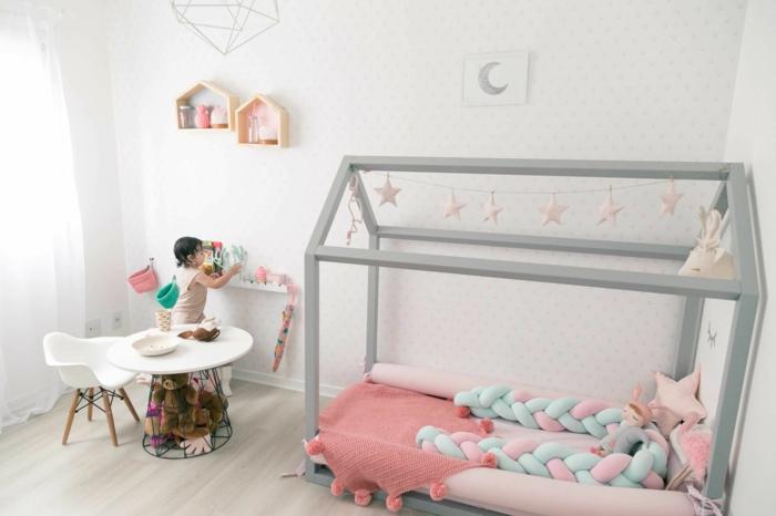 chambre montessori, lit montessori, lit cabane montessori en gris perle, étagères casiers en forme de maisons, lit bébé sans barreau, papier peint en blanc aux petits pois couleur taupe
