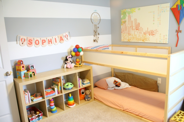 murs chambre aux rayures horizontales en blanc et gris perle, chambre montessori, lit montessori a deux niveaux, lettres initiales du nom de la fillette Sophia, moquette beige