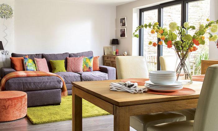 Déco salon cocooning déco séjour intérieur moderne pièce familiale tapis gris oreillets colorés cool idée salon salle a manger déco