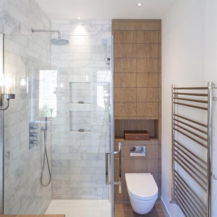 idée comment aménager une petite salle de bain avec cabine de douche au carrelage marbre et niches pour accessoires de toilettes