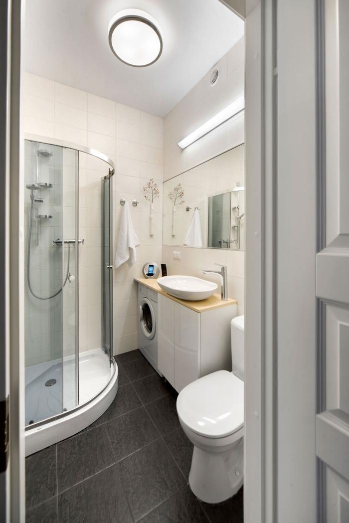 idée quelle couleur salle de bain petit espace aux murs blancs avec sol au carrelage design gris anthracite et équipement en blanc