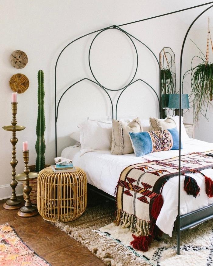 idée comment combiner les tendances bohème chic et style hippie chic dans une pièce blanche avec plantes vertes
