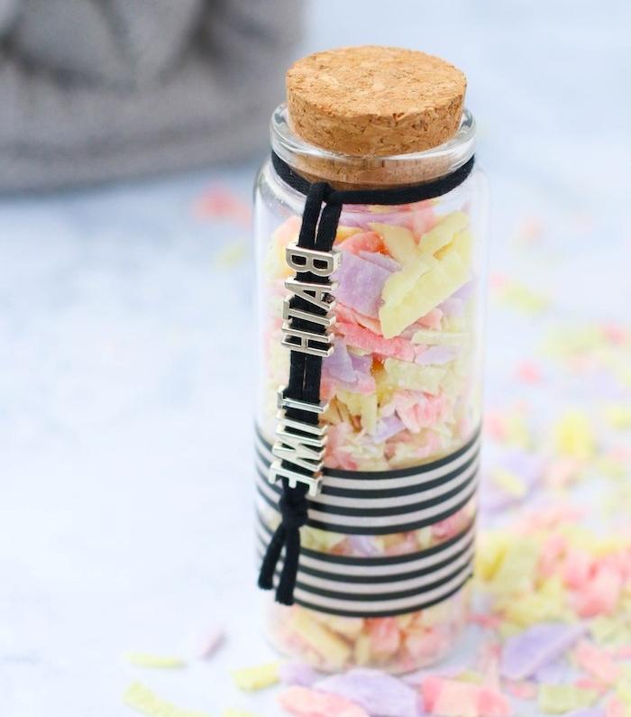cadeau meilleure amie original en petits morceaux de savon colorés rangés dans une fiole décorée