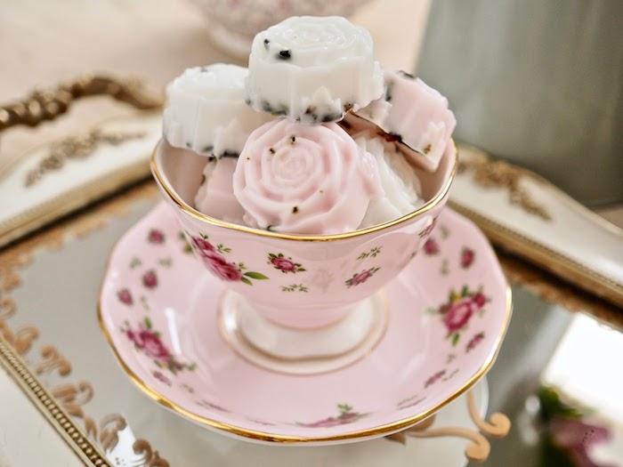 savon bion au lait de chèvre avec colorant rose en forme de rose fleur et huile essentielle de rose et de lavande
