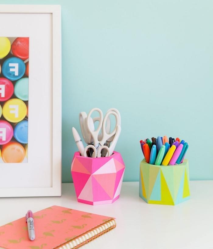 arrangement de bureau étudiant avec objets personnalisés, idée activité manuelle facile avec organiseur bureau à design origami coloré