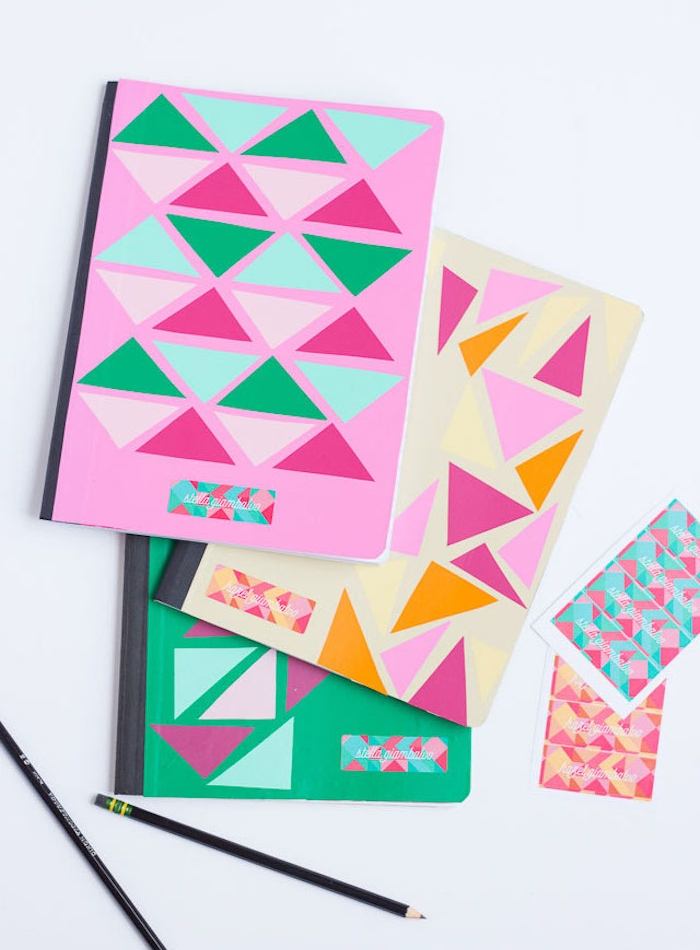 idée de cahier personnalisé de triangles colorés en papier et bande prénom colorée, cadeau soeur, meilleure amie original